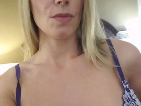 miamisthename busty chick sucks dildo